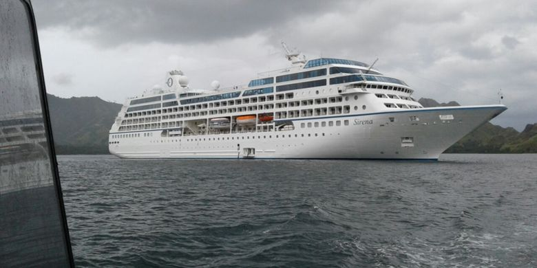 Kapal pesiar MV Sirena saat berlabuh di Perairan Pulau Komodo, Minggu (19/32017). Sebanyak 472 wisatawan asing turun dari kapal di Loh Liang untuk melihat Komodo.(Arsyip Syahbandar Labuan Bajo)