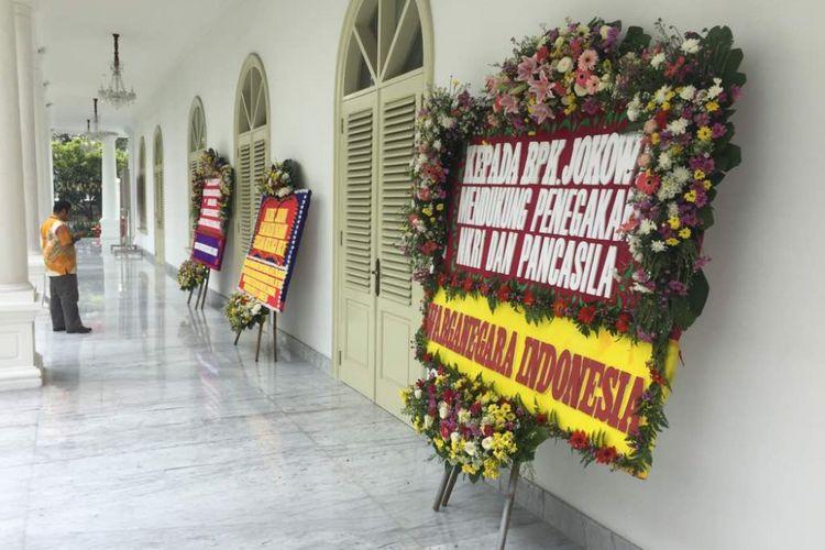 Karangan bunga untuk Presiden Joko Widodo di Istana Kepresidenan, Jakarta, Rabu (3/5/2017).