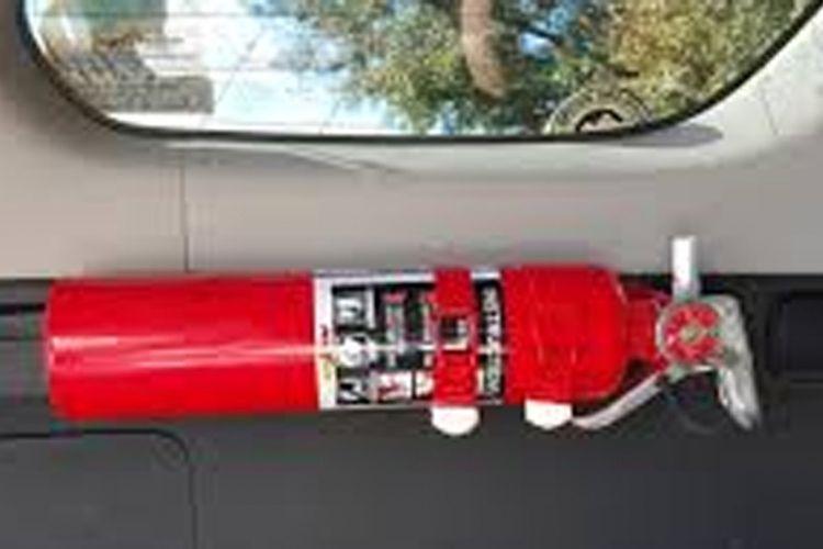 Alat pemadam api ringan (APAR) terpasang di mobil untuk penanganan kebakaran di jalan