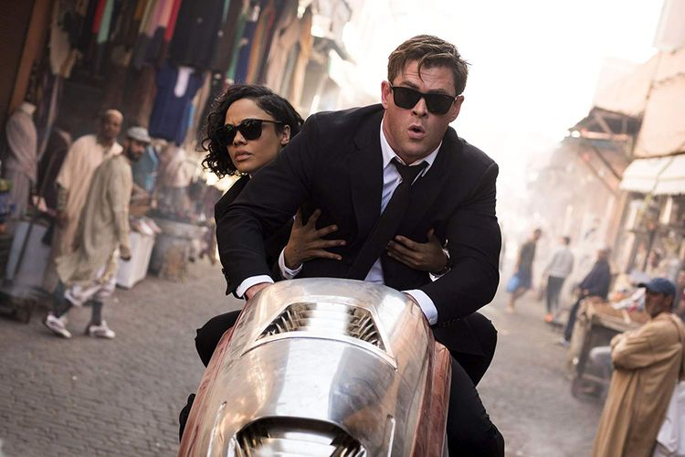 Chris Hemsworth dan Tessa Thompson dalam Men in Black: International (2019)