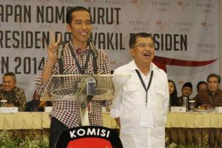 Pasangan capres dan cawapres Joko Widodo - Jusuf Kalla berbicara saat acara pengundian dan penetapan nomor urut untuk pemilihan presiden Juli mendatang di kantor KPU, Jakarta Pusat, 1 Juni 2014. Pasangan Joko Widodo - JUsuf Kalla mendpatkan nomor urut nomor urut dua, sedangkan Prabowo-Hatta mendapatkan nomor urut.