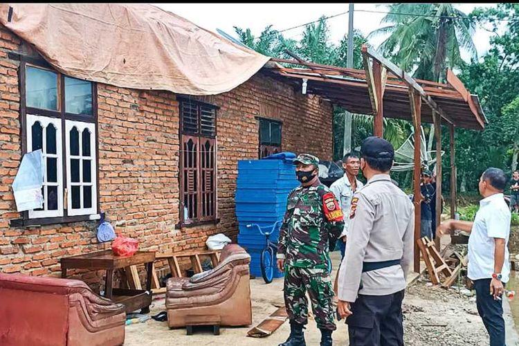 Petugas TNI, Polri, BPBD dan pemerintah kecamatan memantau kondisi permukiman warga yang dilanda angin puting beliung di Desa Pasir Maju, Kecamatan Rambah, Kabupaten Rohul, Riau, Rabu (7/4/2021).