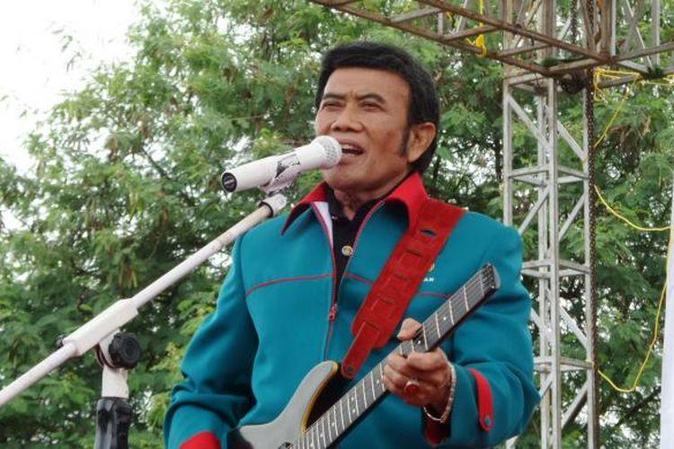 Ketua Umum Partai Idaman Rhoma Irama bernyanyi untuk mendukung pasangan calon gubernur dan wakil gubernur DKI Jakarta Anies Baswedan dan Sandiaga Uno pada kampanye terbatas di Ciracas, Jakarta Timur, Kamis (2/2/2017).