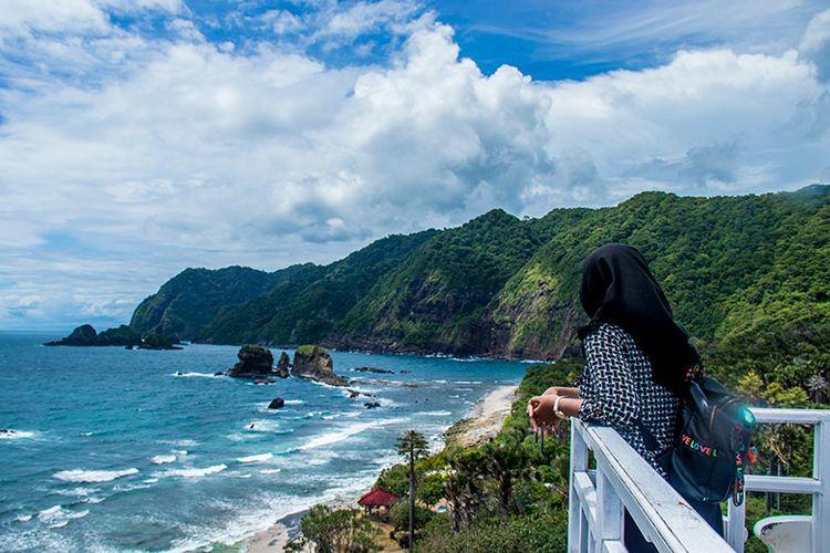 Keindahan Tanjung Papuma dari Siti Hinggil yang seolah seperti di Selandia Baru.