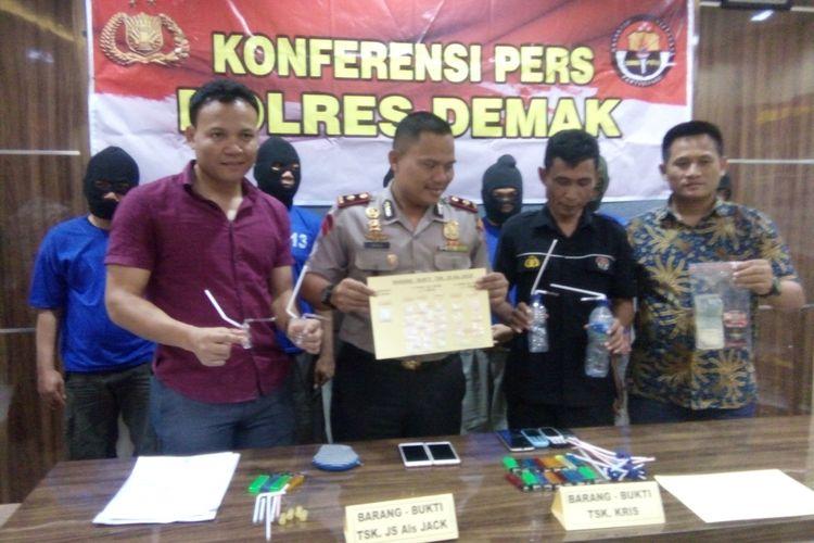 Polisi menunjukkan barang bukti narkoba, saat gelar perkara narkoba di Mapolres Demak, Kamis (17/5/2018).