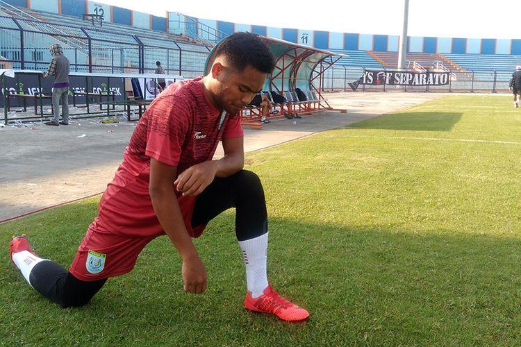 Saddil Ramdani saat melakukan sesi pemanasan jelang latihan di Stadion Surajaya, Lamongan, Kamis (29/3/2018).