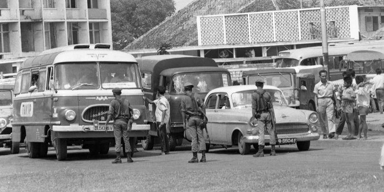 Tahun 1975 konsdisi keamanan di Jakarta masih dianggap rawan. Oleh karenanya di jalanan sering terjadi razia terhadap kendaraan yang dicurigai. Terlihat sebuah bis Robur yang sangat populer saat itu, dengan nama Tavip tengah dirazia oleh beberapa petugas keamanan Kodam Jaya.