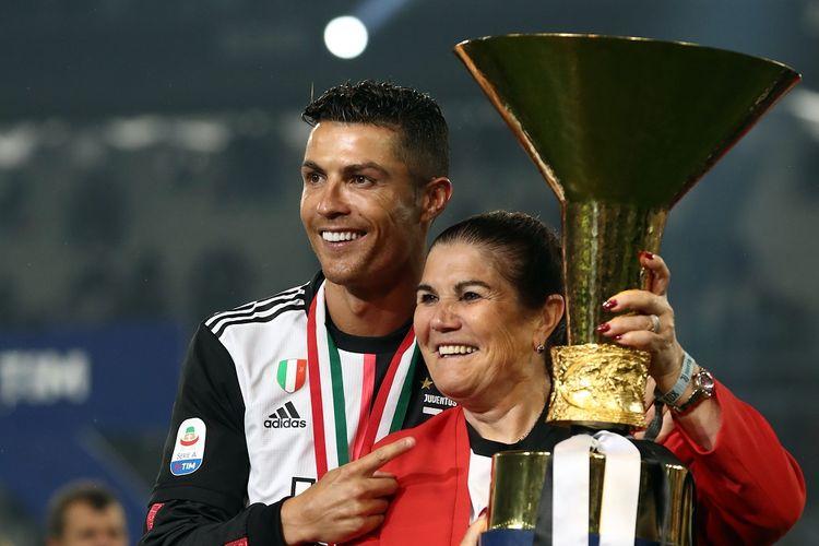 Pemain Juventus, Cristiano Ronaldo, bersama sang ibu, Maria Dolores dos Santos Aveiro, saay merayakan juata Serie A, 19 Mei 2019.