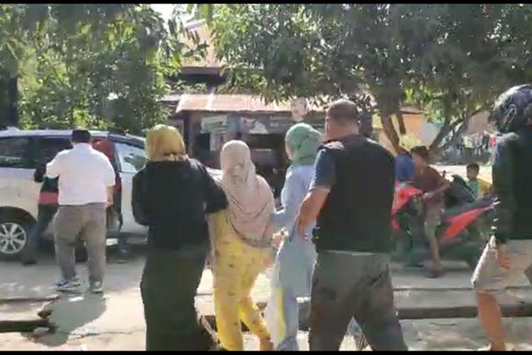 Tim Kejaksaan Tinggi Sulawesi Barat menangkap Jumiati, buronan kasus korupsi dana simpan pinjam yang sempat kabur ke Dubai selama tiga tahun. Jumiati ditangkap di rumahnya, Polewali Mandar, Kamis (10/12/2020).