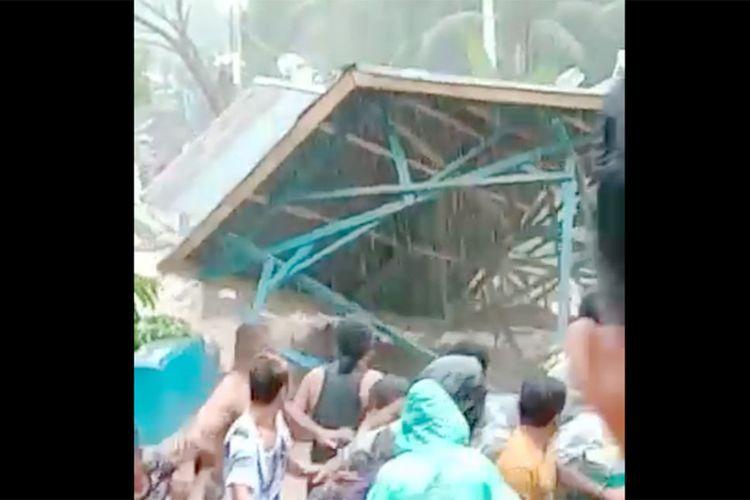 Detik-detik jembatan Tulabolo ambruk terseret banjir bandang. Jembatan ini adalah akses ke Taman Nasionak Bogani Nani Wartabone dan Kecamatan Pinogu yang berada di dalam hutan.
