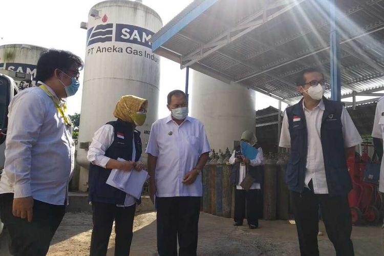Wali Kota Bandung Oded M Danial mengunjungi filling station oksigen di Kecamatan Cicendo, Kota Bandung, Rabu (7/7/2021).