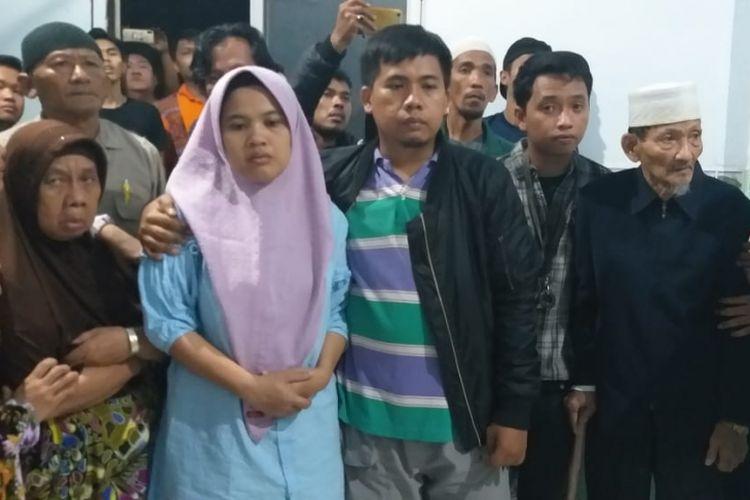 Fitriani (43) istri dari Sofyan yang merupakan sopir taksi online korban perampokan serta pembunuhan ketika berada di ruang kamar jenazah rumah sakit Bhayangkara Palembang, Rabu (14/11/2018).