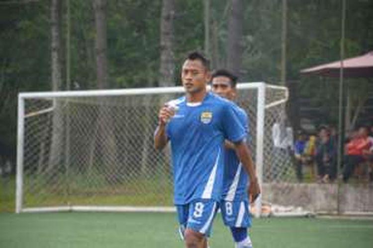 Penyerang baru Persib Bandung Samsul Arif saat berlatih di Lapangan Football Plus, Parongpong, Kabupaten Bandung Barat, Kamis (25/2/2016)