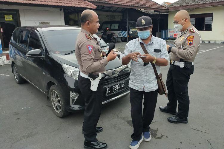 Pengguna jalan yang telah menerima surat konfirmasi tilang elektronik mendatangi kantor Satlantas Surakarta untuk melakukan konfirmasi.