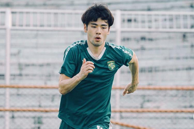 Gelandang dari Jepang, Taisei Marukawa menjalani latihan perdana bersama Persebaya Surabaya di Stadion Gelora 10 November, Surabaya, Selasa (01/06/2021) sore.