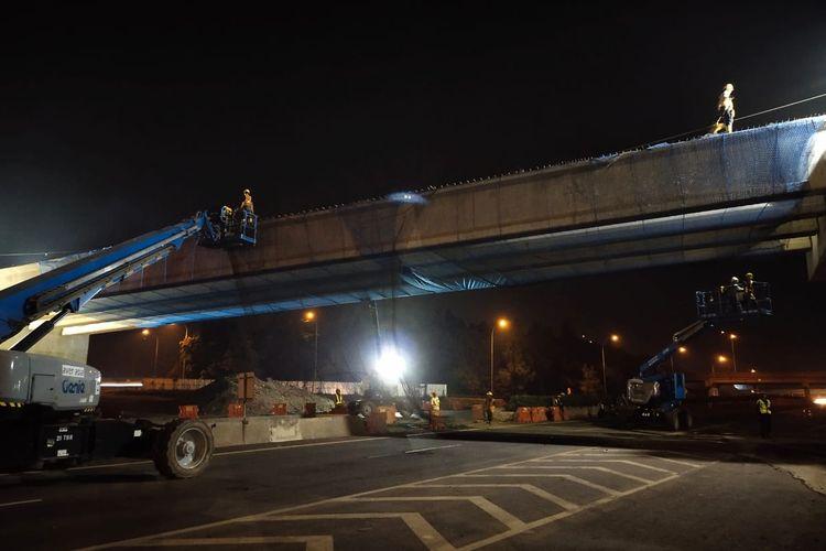 Pemasangan jembatan di Tol Cipularang