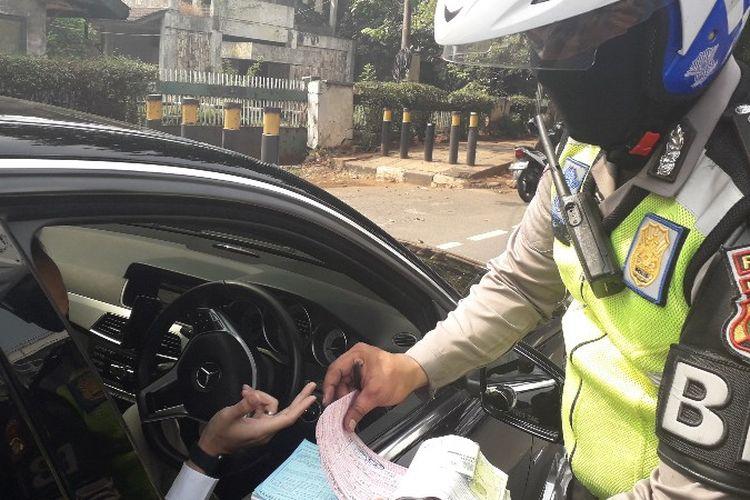 Seorang pengendara Mercedes-Benz terkena tilang ganjil - genap jelang Asian Games di Tomang, Jakarta Barat pada Rabu (1/8/2018).