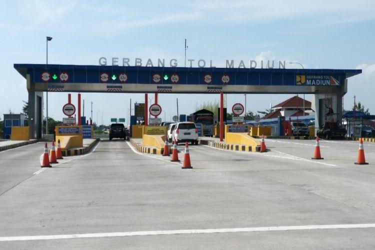 TOL MADIUN --Kendaraan yang keluar dan masuk di Gerbang Tol Madiun diprediksikan akan mengalami kenaikkan tiga kali lpiat saat arus mudik dan balik lebaran 2019.