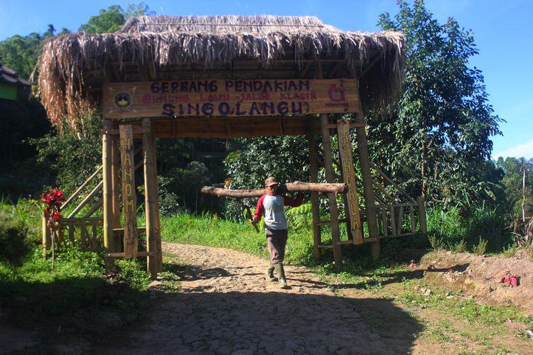 Pos pendakian ke puncak Gunung Lawu melalui jalur klasik Singo Langu di Kabupaten Magetan, Jawa Timur. Cuaca ekstrim suhu di puncak Gunung Lawu dilaporkan mencapai minus 3 derajat celsius.