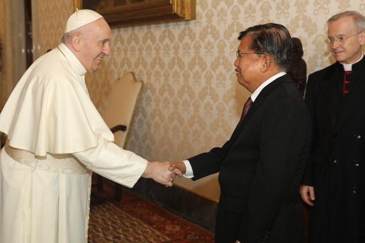 Eks Wakil Presiden RI ke-10 dan 12 Jusuf Kalla bertemu Paus Fransiskus bersama Dewan Juri Zayed Award for Human Fraternity, pada Jumat (23/10/2020) di Private Library Paus di Vatikan.