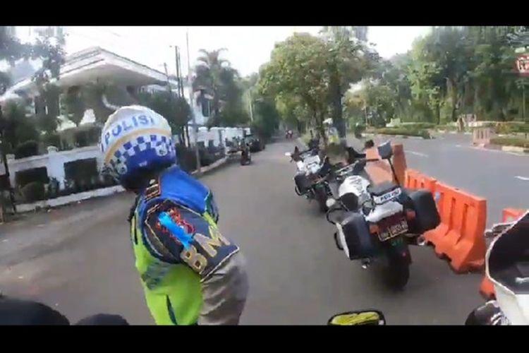 tangkapan layar video kelompok motor sport yang diberhentikan polisi,