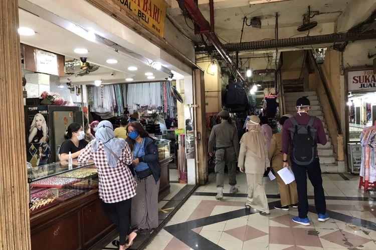 Para ASN berkeliling memantau aktivitas pedagang dan pengunjung di Pasar Kebayoran Lama, Jakarta, Senin (6/7/2020). Hari ini, Senin (6/7/2020) para ASN ditugaskan di pasar-pasar untuk melakukan tugas Pemantauan Kegiatan Pengawasan dan Penindakan Aktivitas Masyarakat selama Pembatasan Sosial Berskala Besar (PSBB) pada Masa Transisi Menuju Masyarakat Sehat, Aman, dan Produktif.
