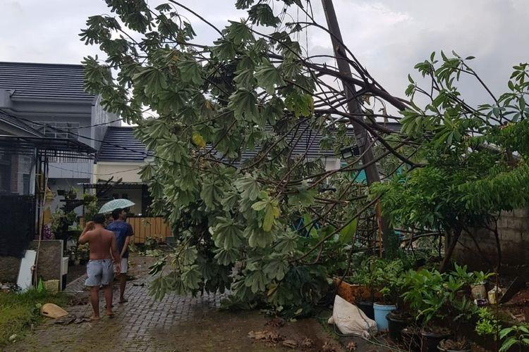 Cuaca buruk merusak sejumlah bangunan di wilayah Depok, Jawa Barat pada Minggu (26/9/2021) sore.