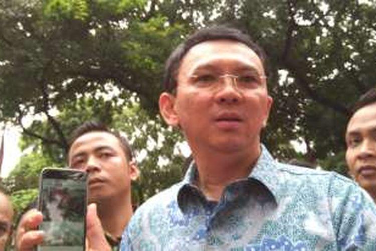 Gubernur DKI Jakarta Basuki Tjahaja Purnama menunjukan foto benang-benang kabel yang selama ini menyumbat got di Jalan Medan Merdeka Selatan. Sehingga, genangan air setelah hujan menjadi sulit turun.