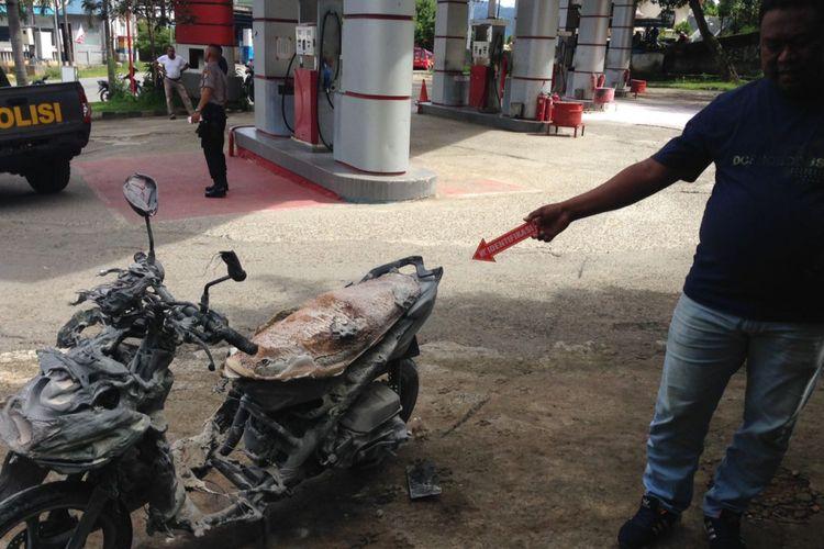 Aparat Polres Pulau Ambon menggelar olah tempat kejadian perkara (TKP) terhadap insiden kebakaran sepeda motor di Stasiun Pengisian Bahan Bakar Umum (SPBU) Galala, Kecamatan Sirimau Ambon, Senin (15/1/2018).