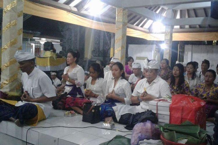 Umat Hindu Dharma di Solo merayakan hari Suci Galungan dan Kuningan di Pura Indra Prastha Kampung Mutihan, Kelurahan Sondakan, Kecamatan Laweyan, Solo, Rabu (1/11/2017) malam.