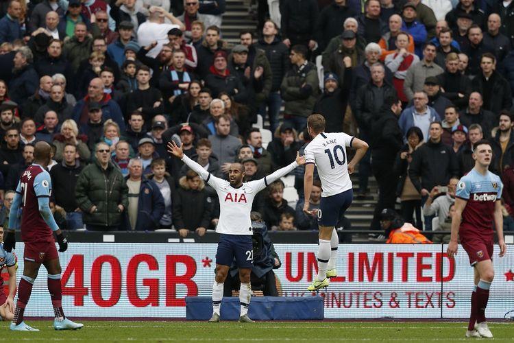 Gelandang Tottenham Hotspur, Lucas Moura, merayakan gol dengan striker Harry Kane setelah mencetak gol kedua timnya dalam pertandingan Liga Primer Inggris antara West Ham United vs Tottenham Hotspur di The London Stadium, di London timur pada 23 November, 2019.