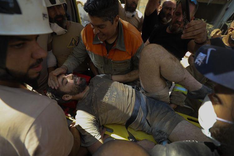 Seorang pria berhasil diselamatkan dari reruntuhan pasca ledakan di Beirut, Lebanon. Rabu, 5 Agustus 2020.