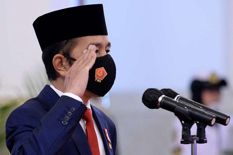 Presiden Joko Widodo memberi hormat ketika memimpin upacara HUT ke-75 TNI di Istana Negara Jakarta, Senin (5/10/2020). Pada peringatan HUT ke-75 TNI, Presiden Joko Widodo mendukung transformasi organisasi TNI harus selalu dilakukan dengan dinamika lingkungan strategis sesuai dengan dinamika ancaman dan perkembangan teknologi militer.