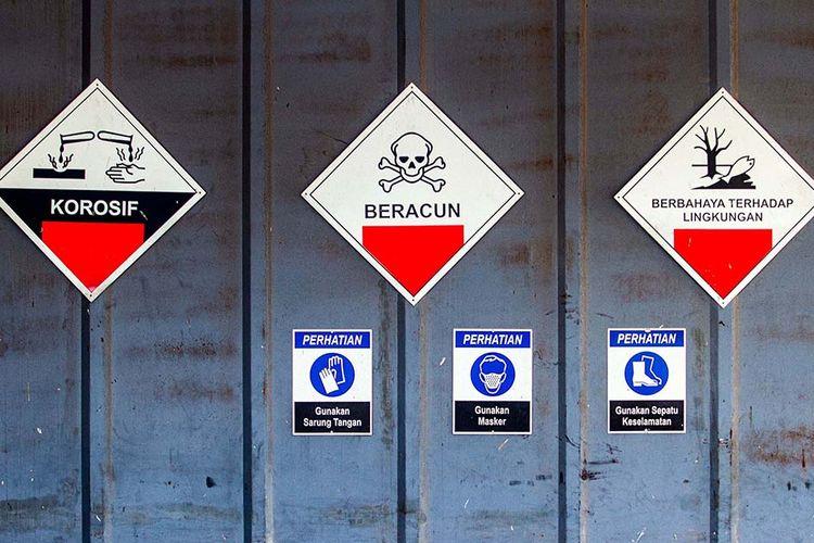 Foto dirilis Senin (12/10/2020), memperlihatkan tanda peringatan terpasang di gerbang tempat penyimpanan sementara residu atau abu hasil pembakaran limbah medis infeksius di PT Jasa Medivest, Plant Dawuan, Karawang, Jawa Barat. Pemprov Jawa Barat melalui PT Jasa Medivest berkomitmen untuk menangani limbah B3 (bahan berbahaya dan beracun) infeksius sebagai upaya antisipasi lonjakan limbah medis Covid-19 terkait penanggulangan pandemi.