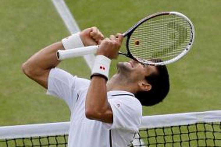 Petenis Serbia, Novak Djokovic, merayakan kemenangannya atas Tomas Berdych dari Ceko, saat bertemu di perempat final turnamen Grand Slam Wimbledon, Rabu (3/7/2013).
