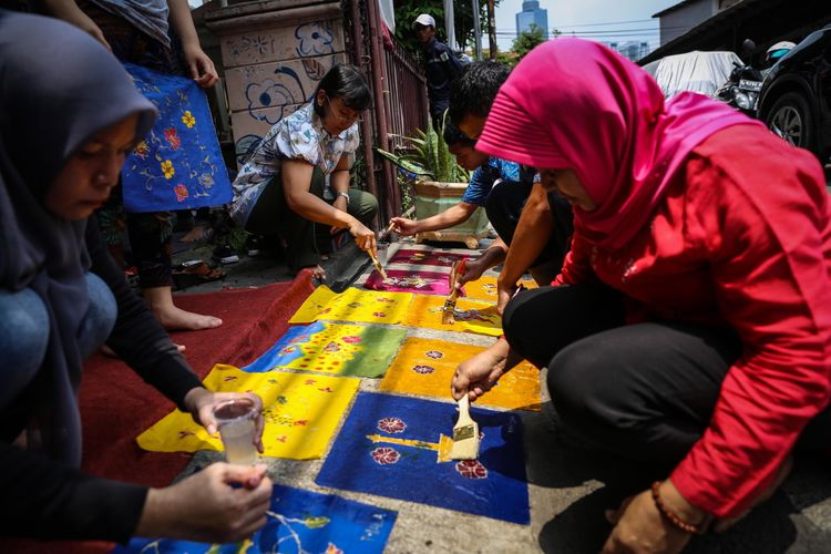 Sejumlah penyandang disabilitas belajar membatik di Rumah Batik Palbatu, Tebet, Jakarta Selatan, Senin (2/10/2017). Kegiatan belajar membatik bertujuan untuk menggali potensi kreatifitas para penyandang disabilitas sekaligus memperingati Hari Batik Nasional.
