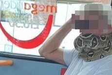 Pria Ini Lilitkan Ular di Wajah sebagai Masker saat Naik Bus