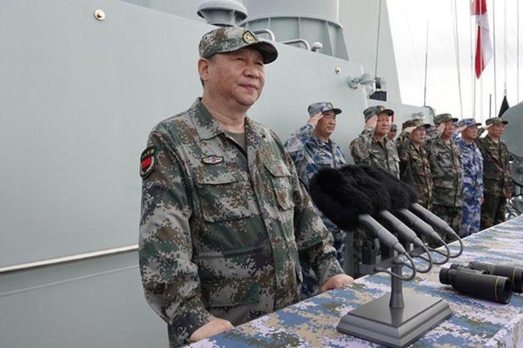 Presiden China, Xi Jinping saat menghadiri latihan militer di Laut China Selatan pada Kamis (13/4/2018)