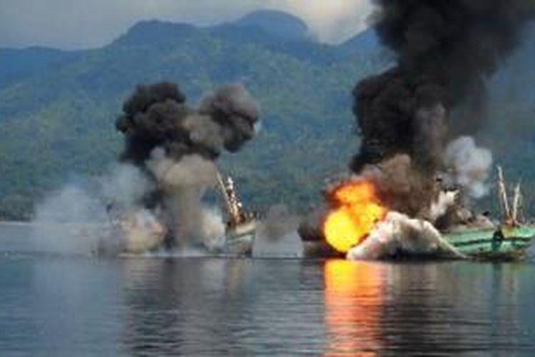Dua kapal asing pencuri ikan yang ditangkap KRI Abdul Halim Perdana Kusuma 355 di laut Arafura yakni KM Century 4/PNG-051 dan KM Century 7/PNG-069, ditenggelamkan TNI Al dengn cara diledakan di perairan Ambon, Minggu (21/12/2014).