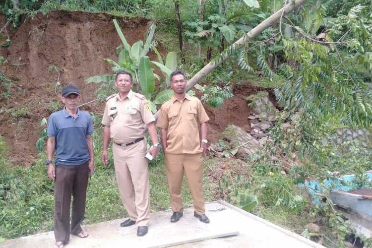 Dua rumah di Kampung Sirnagalih, Desa Megamendung, Kecamatan Megamendung, Kabupaten Bogor, Jawa Barat, rusak diterjang longsor pada Senin (10/2/2020).