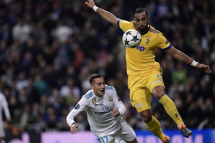 Lucas Vazquez dilanggar Medhi Benatia pada pertandingan perempat final Liga Champions di Stadion Santiago Bernabeu, Rabu (11/4/2018).