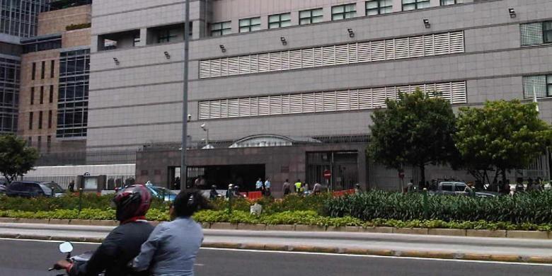 Ratusan polisi dikerahkan untuk menjaga Kedutaan Besar Jepang di Jalan Thamrin, Jakarta, Rabu (5/12/2012).