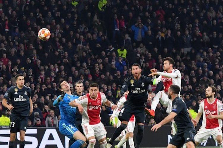 Gol Nicolas Tagliafico pada pertandingan Ajax Amsterdam vs Real Madrid dalam babak 16 besar Liga Champions di Johan Cruyff Arena dianulir wasit, 13 Februari 2019.