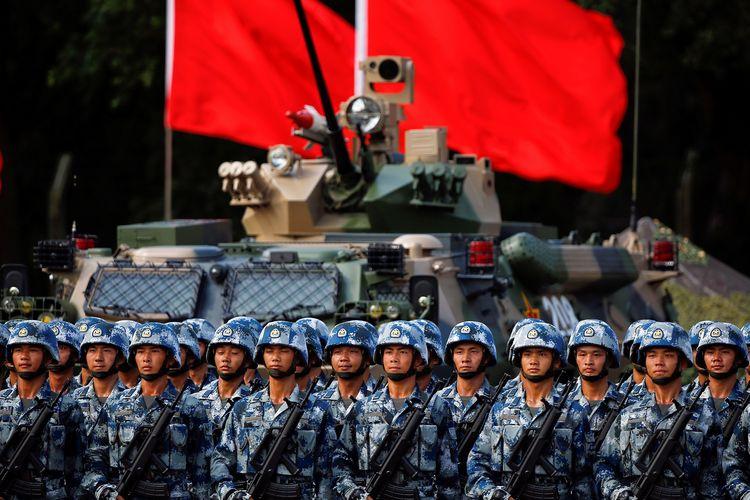 Pasukan China yang bermarkas di garnisun Hong Kong bersiap untuk kedatangan Presiden China Xi Jinping pada 30 Juni 2017 untuk memperingati 20 tahun penyerahan Hong Kong dari Inggris kepada China.
