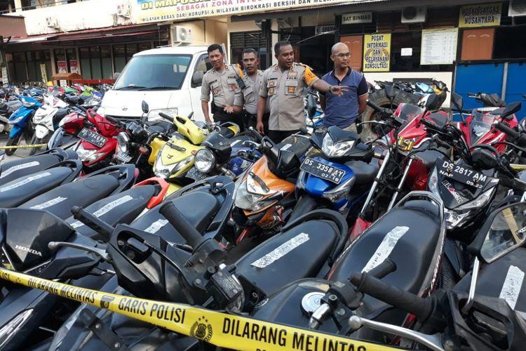 Kapolres Jayapura Kota AKBP. Gustav R Urbinas memantau sepeda motor yang disita dari Rusunawa Uncen, Senin (3/9/2018).