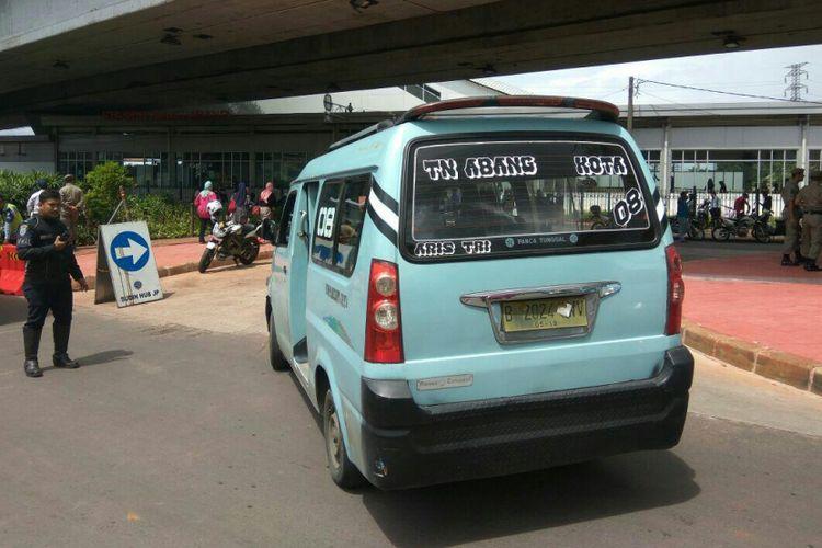 Mikrolet M08 memutar balik di kolong flyover Jatibaru, Tanah Abang, Jakarta Pusat.