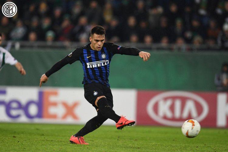 Lautaro Martinez mencetak gol dari titik penalti pada pertandingan Rapid Wien vs Inter Milan di Wina dalam babak 32 besar Liga Europa, 14 Februari 2019.