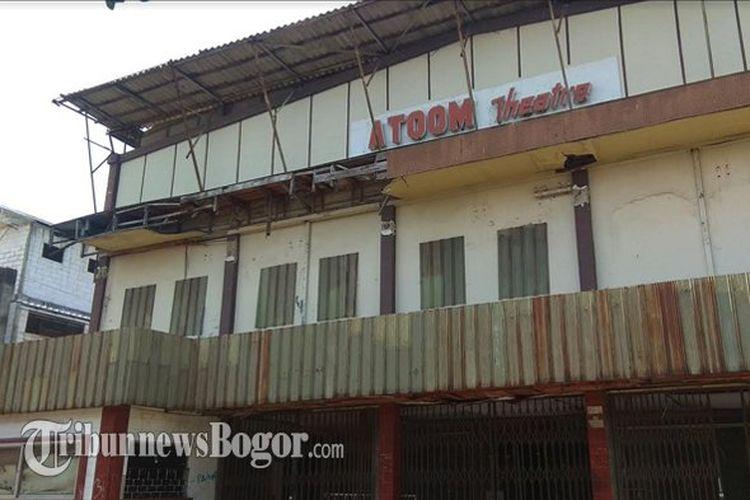 Bioskop Atoom yang berlokasi di Citeureup, Kabupaten Bogor, Jawa Barat terbengkalai 21 tahun dan dianggap horor.