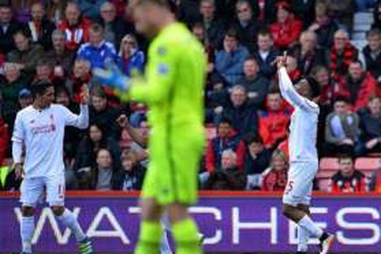 Roberto Firmino dan Daniel Sturridge merayakan gol Liverpool ke gawang Bournemouth pada lanjutan Premier League, Minggu (17/4/2016).