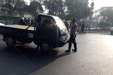 Mobil Terobos Lampu Merah, Petugas Dishub Nyaris Tertabrak